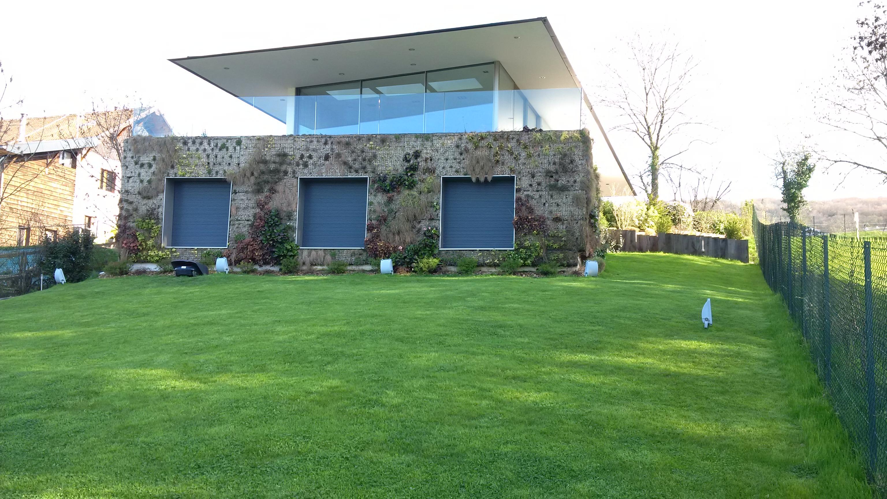 Mur végétal, arrosage automatique et tondeuse robot